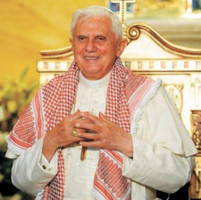Dos jóvenes pusieron al Pontífice el pañuelo típico jordano. / EFE