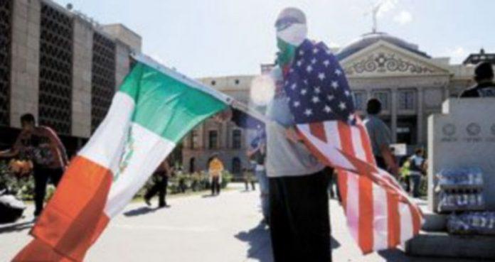Un hombre con las banderas de EEUU y México protesta contra la nueva Ley de Inmigración de Arizona