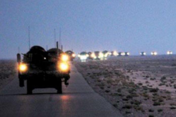 Vehículos de la Segunda División de Infantería del Ejército de EEUU realizan su última patrulla en Iraq antes de partir ayer rumbo a Kuwait. / Kimberly Johnson (Efe)
