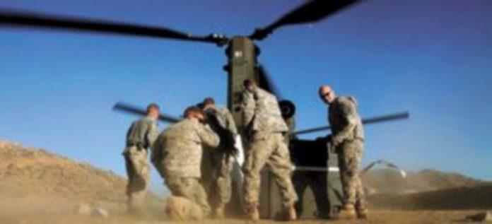 Un grupo de soldados estadounidenses recibe un cargamento de munición de un helicóptero en el puesto avanzado de combate de Cherkatah