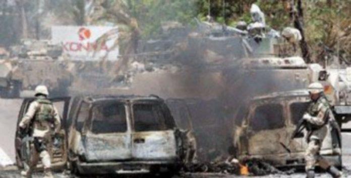 Un vehículo de la compañía de seguridad privada Blackwater sufrió un ataque en la carretera del aeropuerto de Bagdad en junio de 2004. / Efe