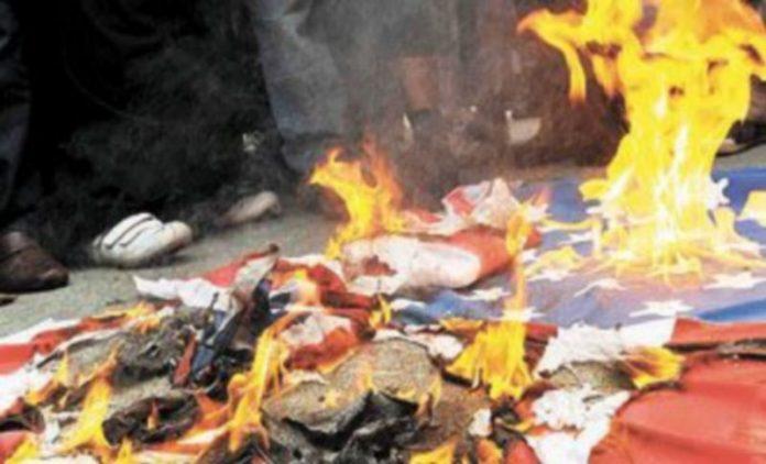 Un grupo de musulmanes radicales quema una bandera de Estados Unidos. / Efe