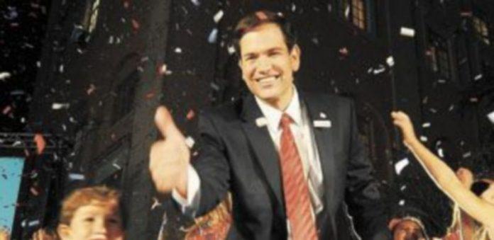 El candidato republicano Marco Rubio saluda a sus seguidores durante la celebración de la victoria. / G. de Cárdenas (Efe)
