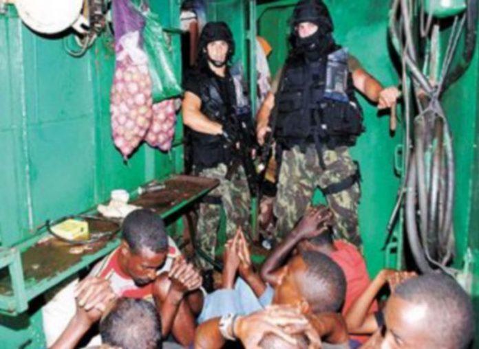 Infantes de marina portugueses custodian a los 19 piratas somalíes apresados el viernes y liberados horas después. / Reuters