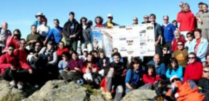 Imagen de los participantes en la marcha hasta el pico de la Atalaya tras finalizar la ascensión en la que fue la última actividad de las Jornadas de Montaña Segovianas./ El Adelantado