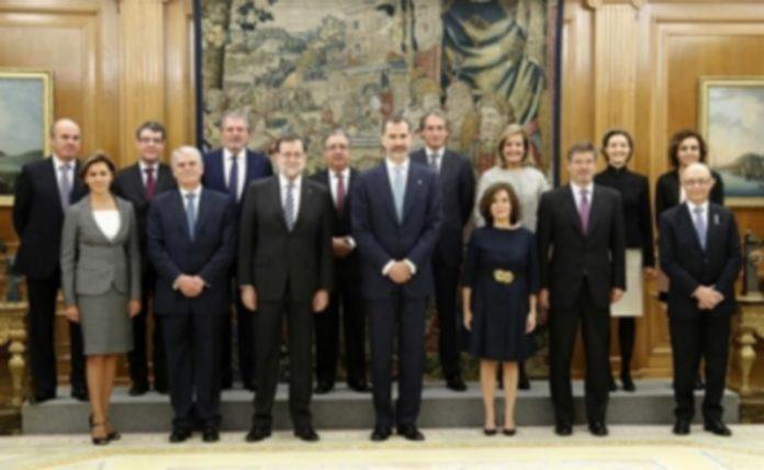 Mariano Rajoy (3i) junto a su gabinete de ministros después de jurar o prometer su cargo ante Felipe VI (c). / efe