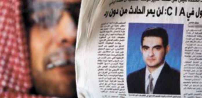 Un jordano muestra un diario que recoge la fotografía del agente doble que perpetró un ataque suicida contra una base militar y asesinó a siete miembros de la CIA. / Efe