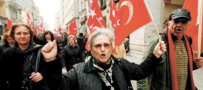 Nacionalistas turcos gritan lemas en contra de Estados Unidos tras la aprobación de la moción a favor de reconocer el genocidio armenio. / T.B. (efe)