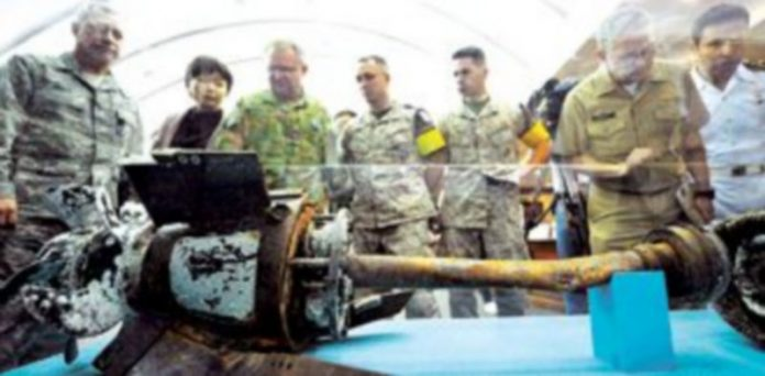 Militares enviados por la ONU inspeccionan en Seúl los restos del torpedo norcoreano que hundió el buque 'Cheonan'. / Kim Jae-Hwan (Reuters)
