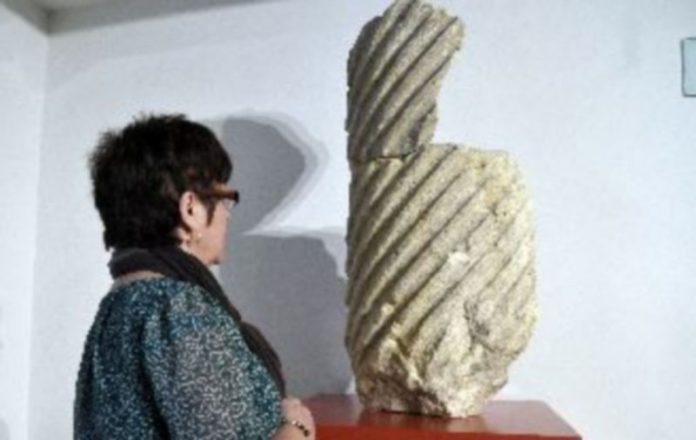 Una visitante del museo observa la atractiva pieza procedente de los fondos del museo. / Juan Martín
