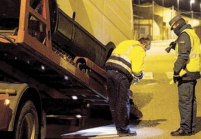 Dos agentes inspeccionan la furgoneta que conducían los etarras capturados. / Efe