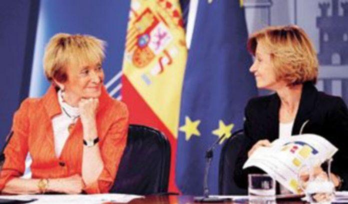 Las vicepresidentas De la Vega y Salgado se miran de forma cómplice durante la rueda de prensa. / Paul Hannah (Reuters)