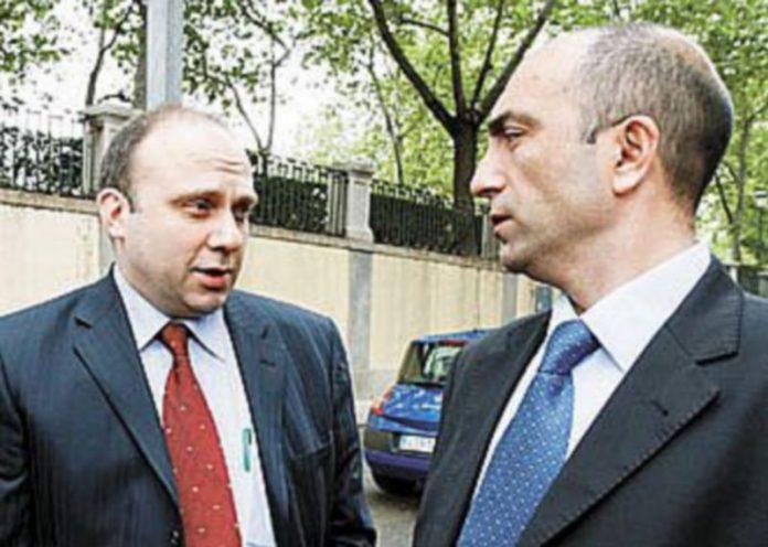 Los forenses turcos Ömer Müslümanoglü (i)y Bülent Sam