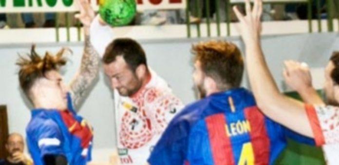 Carlos Villagrán intenta penetrar en la defensa del FC Barcelona B. / AMADOR MARUGÁN