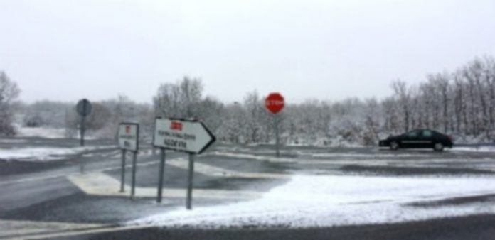 La circulación por carretera no se ha visto afectada a pesar de la precipitación en forma de nieve./ BÁRBARA CARVAJAL