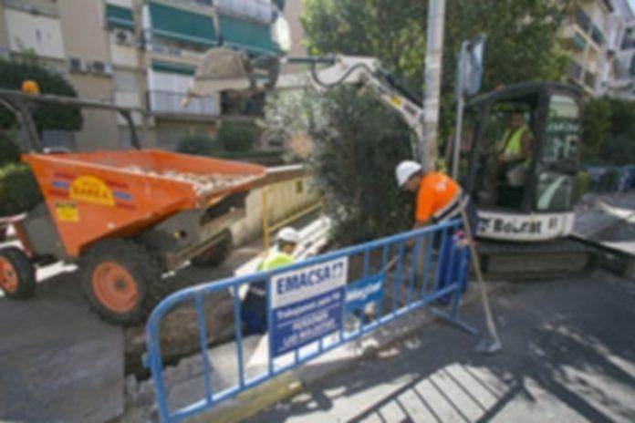 Trabajadores realizando labores de mantenimiento y mejora en una obra pública en la calle. / Europa Press