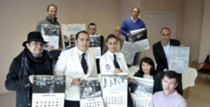 Los hosteleros muestran las imágenes del calendario solidario./JUAN MARTÍN