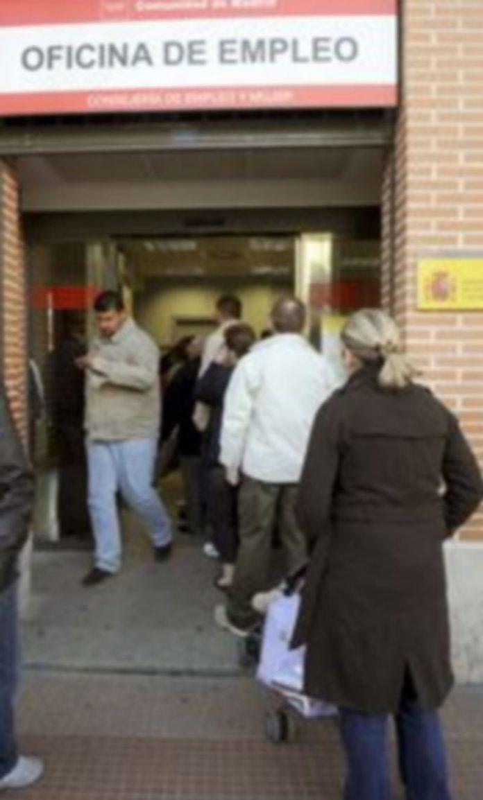 Aspecto que presentaba esta mañana una oficina de empleo de Alcalá de Henares./ EFE
