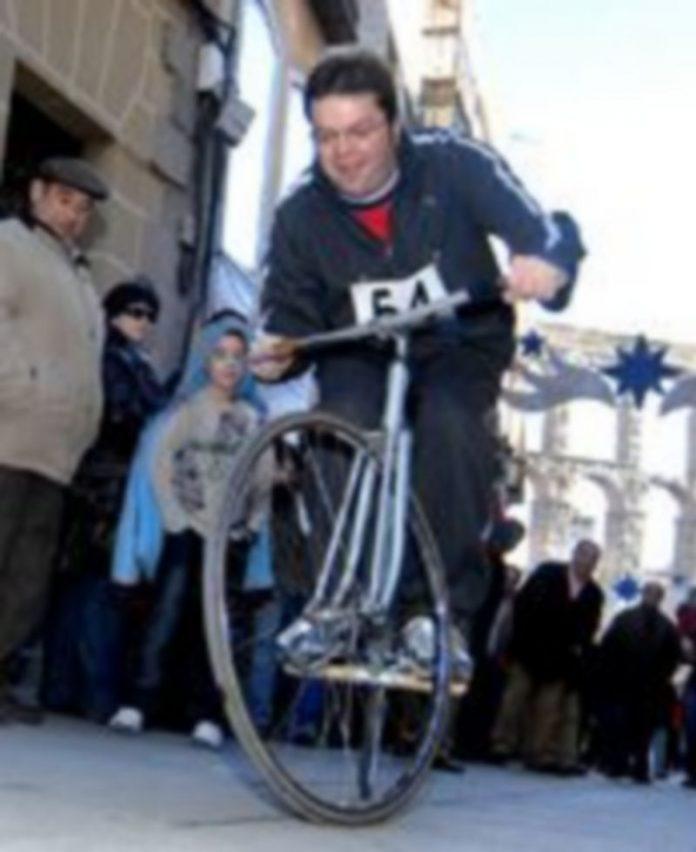 Subida por la calle Cervantes de uno de los ciclistas que participaron en la anterior edición de la Carrera del Pavo. /Juan Martín