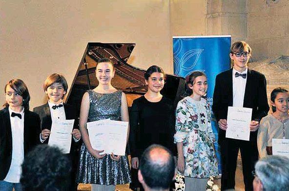 Foto de familia de los pianistas ganadores del XXI Premio Infantil de Piano 'Santa Cecilia', antes del concierto. / KAMARERO
