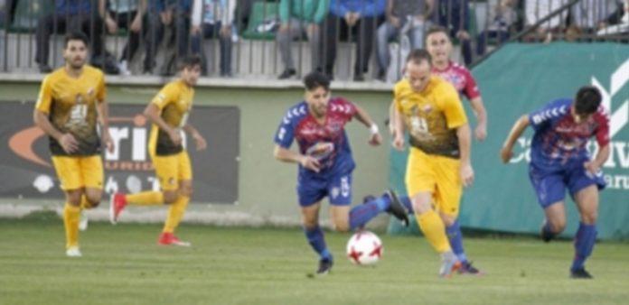 Fernán lucha un balón frente a un rival de la Ponferradina. / NEREA LLORENTE