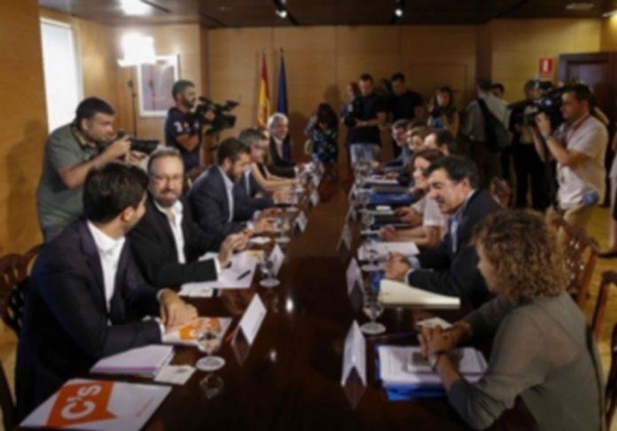Los integrantes de los equipos negociadores de Ciudadanos (i) y PP durante su reunión en el Congreso de los Diputados. / efe
