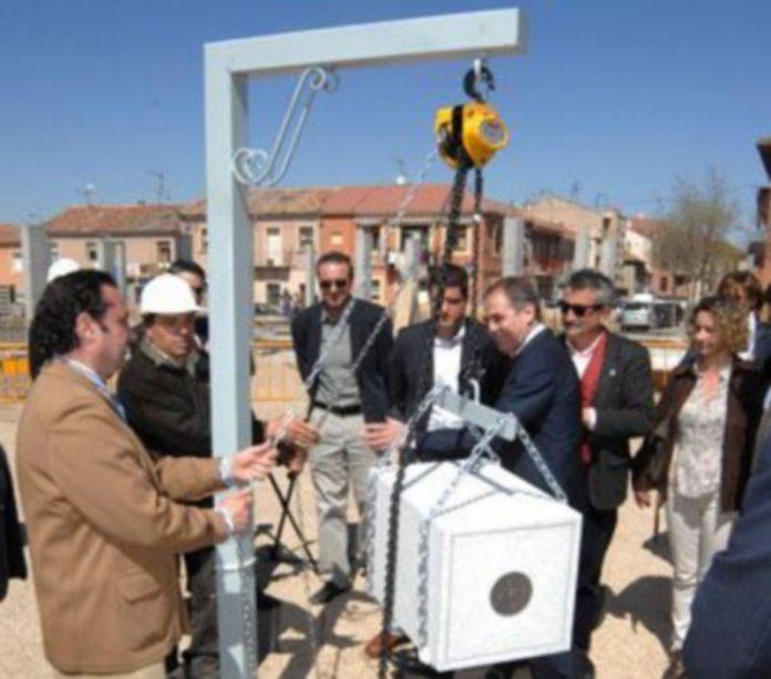 Las autoridades cumplieron con el protocolo de introducir prensa diaria en la primera piedra. /Juan Martín