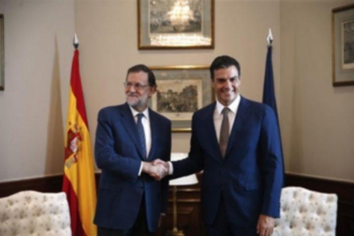 Mariano Rajoy (i) junto a Pedro Sánchez antes de la reunión que han mantenido en el Congreso de los Diputados. / efe