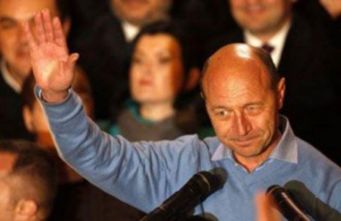 El actual presidente Traian Basescu saluda a sus seguidores./ EFE