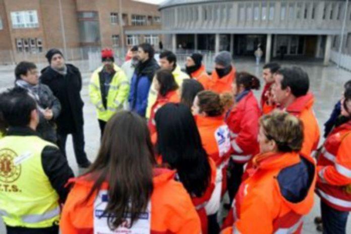 Trabajadores de SAU en los accesos al hospital./JUAN MARTÍN
