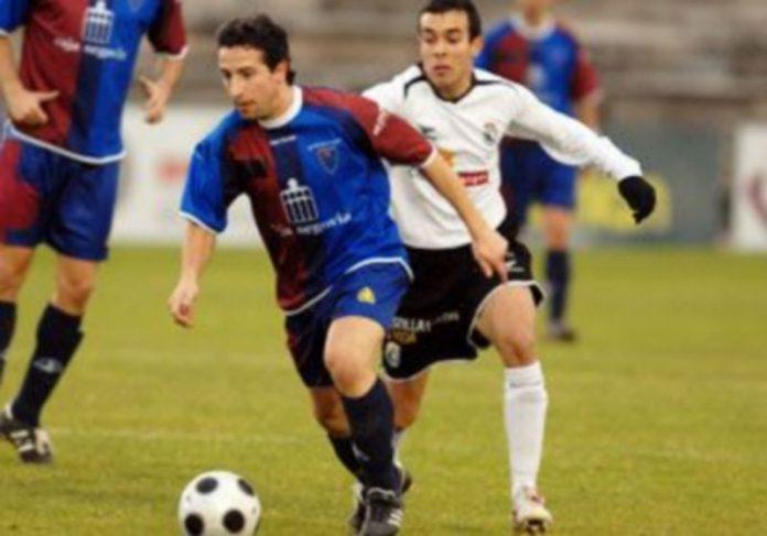 El jugador gimnástico Agustín se escapa de Lobera con el balón controlado. /JUAN MARTÍN