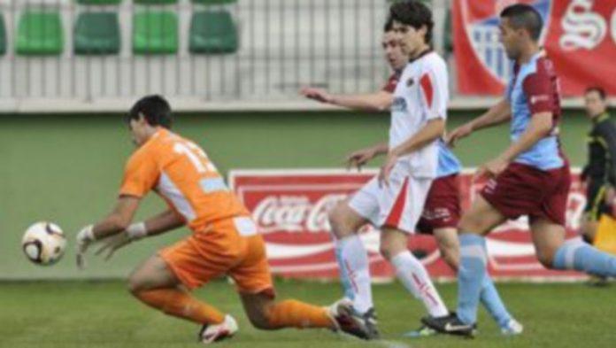 Así se dejó escapar el portero del Lemona el balón en la acción que precedió al 1-0 que marcó Fran Dorado. / Juan Martín