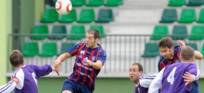 Mariano y Anel tratan de rematar de cabeza un lanzamiento de esquina botado por Víctor Pérez en la primera parte del partido. / Kamarero