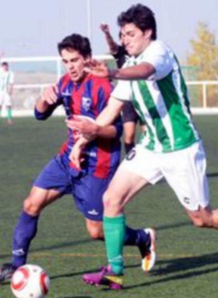 Un jugador de la Segoviana B lucha con un rival por el balón. / Alberto Benavente