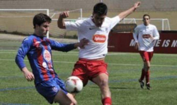 Manu presiona a un jugador del Santa Marta en un momento del partido jugado ayer. / Barroso