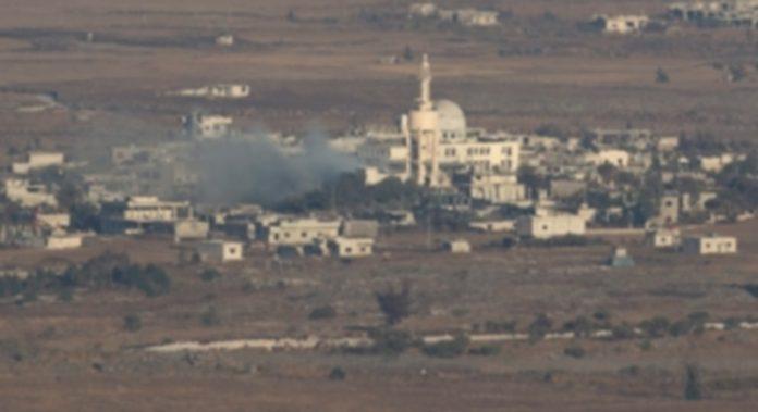 Vista de una columna de humo en la ciudad fronteriza siria de El hmidaiah que está controlada por rebeldes sirios. / Efe