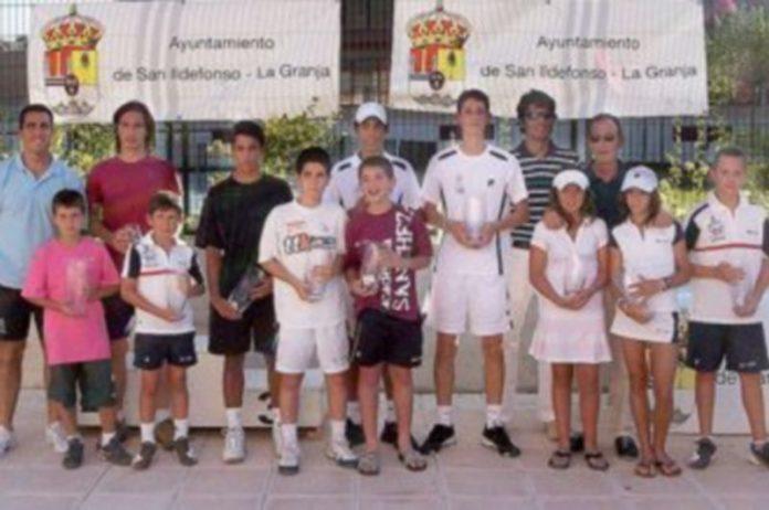 Foto de familia de todos los ganadores de la primera edición del Torneo de Tenis Real Sitio de San Ildefonso. /EL ADELANTADO