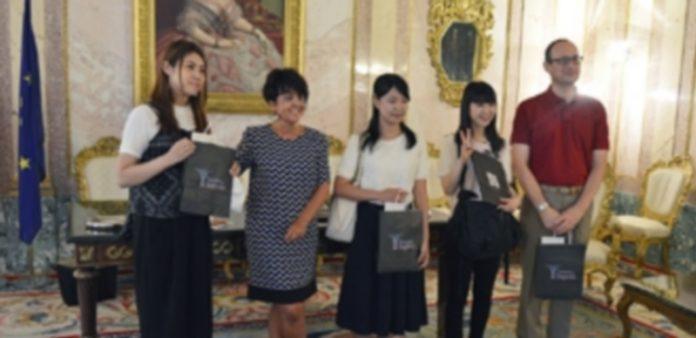 Las tres estudiantes japonesas de Kobe y Kyushu posan junto a Claudia de Santos y Víctor Manuel González
