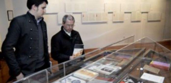 Dos personas contemplan parte del material expuesto en el Juan Bravo