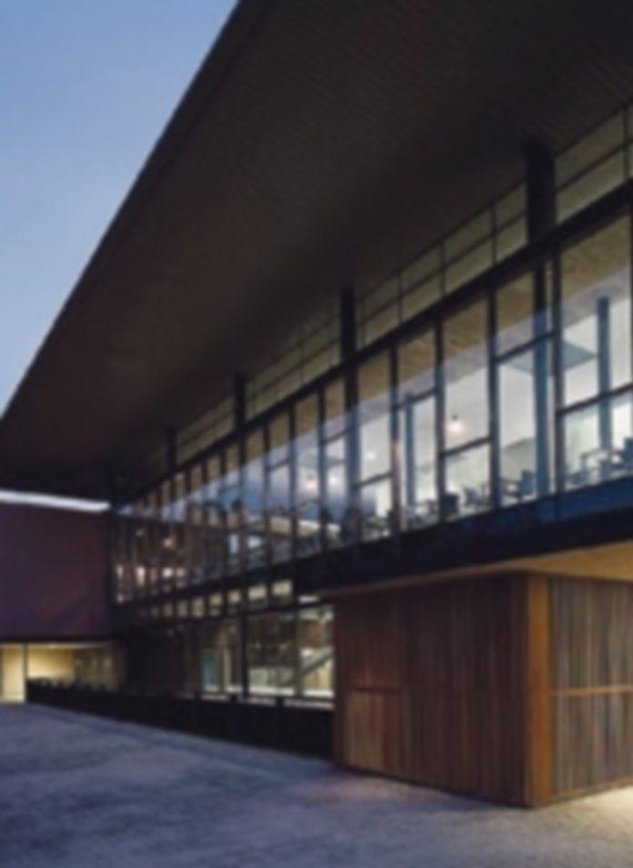 Imágenes exterior e interior del edificio construido en la primera fase de las obras del Campus María Zambrano