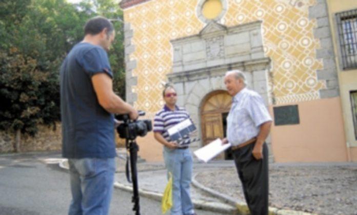 El equipo de rodaje del documental graba la magnífica fachada del edificio en una de las sesiones de trabajo realizadas esta semana. / Elena Peña