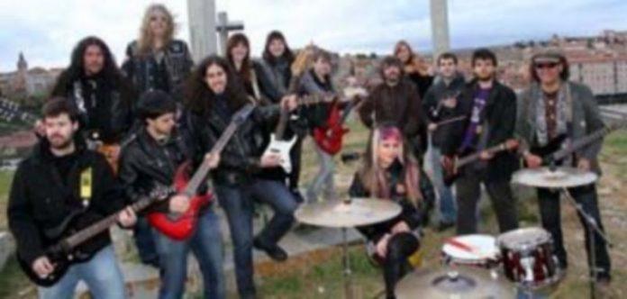 Representantes de varios grupos segovianos posan en los Altos de La Piedad en la grabación del  video musical que se exhibirá próximamente. / Ical