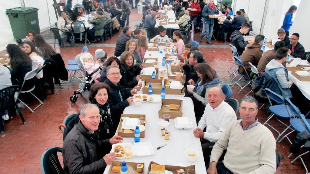 La carpa instalada en la Plaza Mayor se llenó de comensales dispuestos a disfrutar de un rico cocido. / l.m.