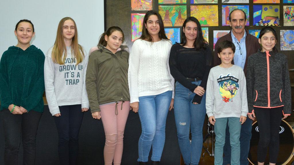 Las alumnas premiadas junto al alcalde de Nava, Juan José Maroto, tras recibir el reconocimiento por su obra. / A. marugán