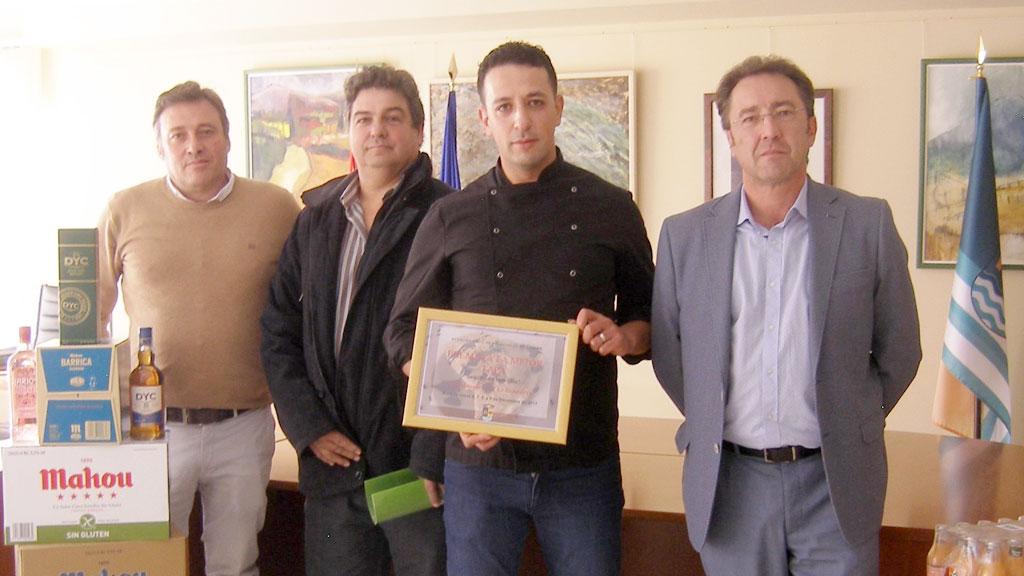 El alcalde y los concejales, con el ganador del certamen./ el adelantado