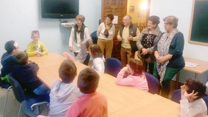 Un momento del encuentro entre mayores y pequeños en el centro de día. / el adelantado