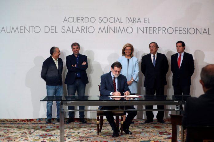 El presidente del Gobierno, Mariano Rajoy, durante la firma del acuerdo social. / Efe