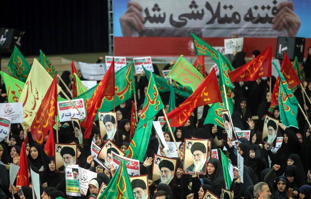 Partidarios del Gobierno iraní marchan con retratos del gran ayatolá Alí Jamenei, centro de la crítica de los opositores.