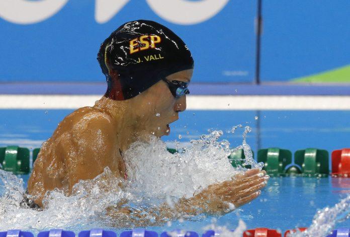 La nadadora española Jessica Vall en una prueba de braza. / efe