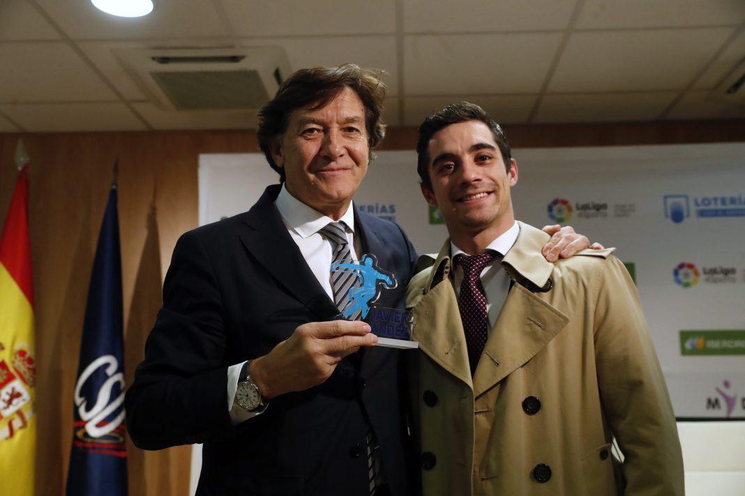 El patinador Javier Fernández (dcha) junto al presidente del Consejo Superior de Deportes, José Ramón Lete.